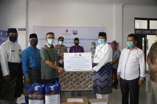 Bupati Siak Alfedri menerima bantuan Alat Pelindung Diri (APD) dari PT CPI Untuk Penanganan Covid-19 di Kabupaten Siak, Provinsi Riau.